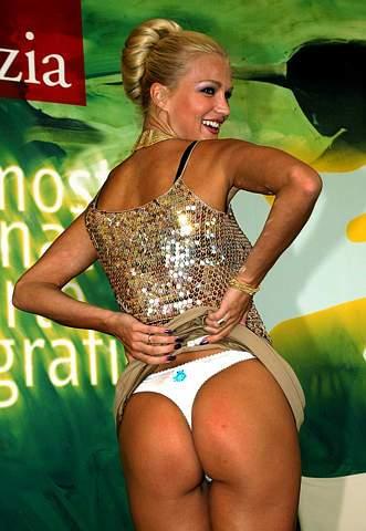 图文:匈牙利色情女星在威尼斯电影节展示身段