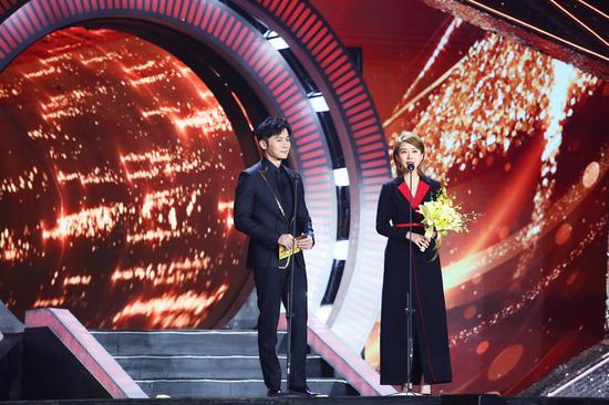 演员李晨和颜丹晨颁发最佳男主角奖。