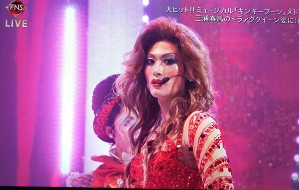 三浦春马在《长靴妖姬》演变装皇后。