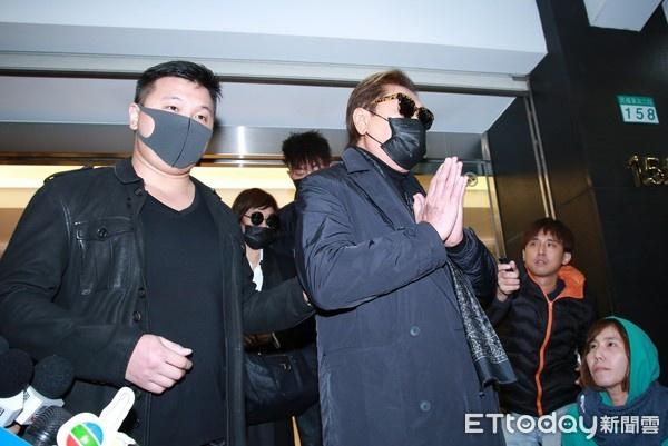 高以翔爸爸(右)在亲友陪伴下离开灵堂。(图/ETtoday记者周宸亘摄)