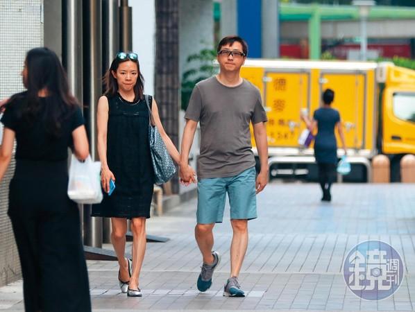 """去年6月,台媒直击哈林(右)跟怀孕的张嘉欣(左)现身前一个家,建案叫""""一品大厦"""",价值也超高,且该处名人住户不少,如连战。"""