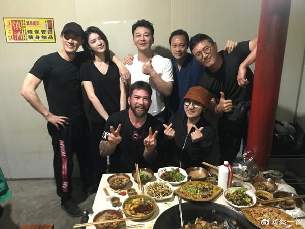 蔡一智PO出剧组聚餐照,林�o和女友(后排左一、左二)穿情侣装出席。