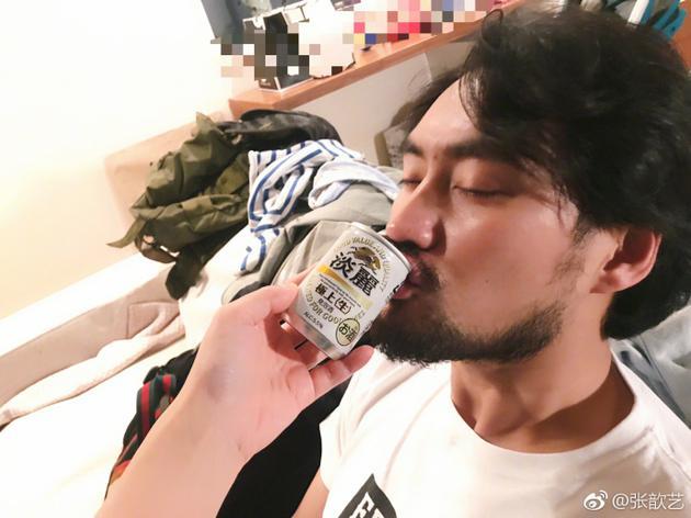 袁弘喝啤酒
