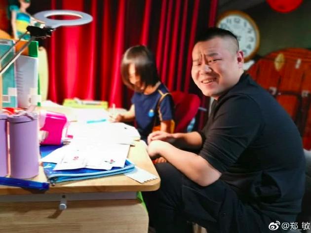 岳云鹏辅导孩子写作业