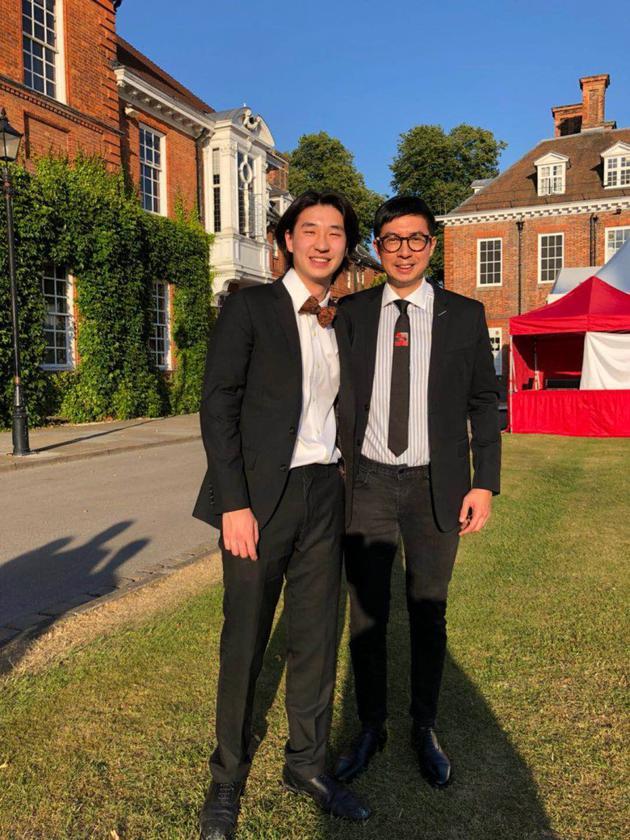 马清扬现身在英国出席二子马桂豪的中学毕业礼,却不见钱慧仪