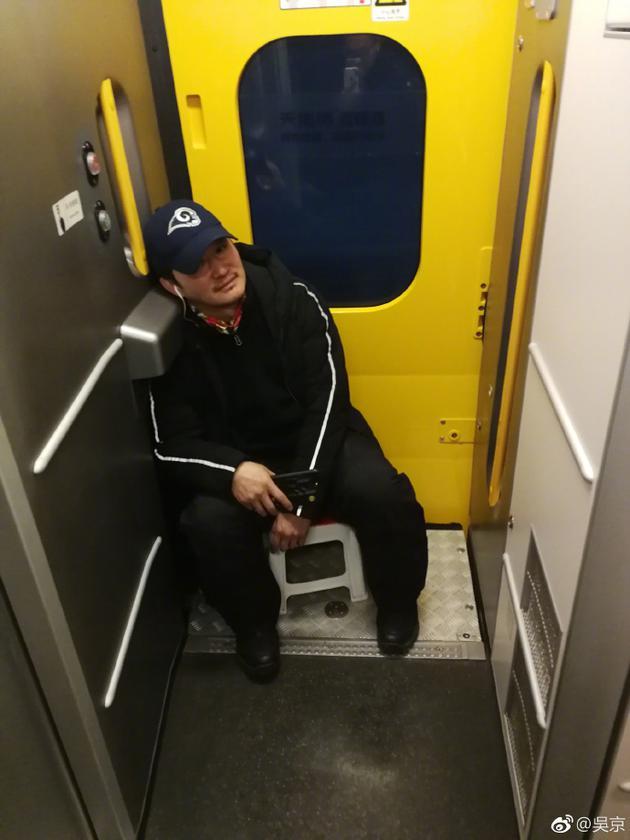 吴京坐火车回家没抢到票
