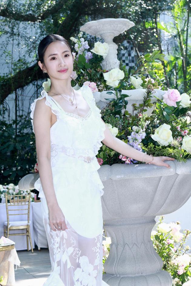 林依晨化身花仙子身穿一袭蕾丝薄纱洋装。
