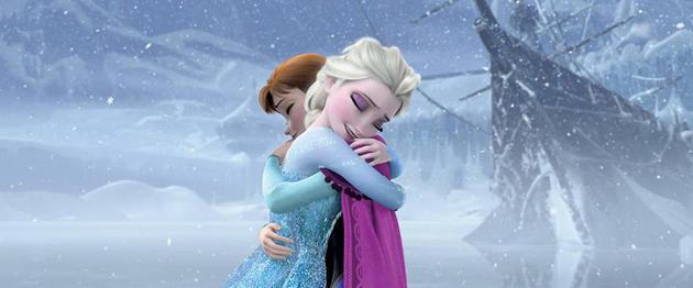 艾莎在《冰雪奇缘》和妹妹互相拥抱,传有可能在续集中会有同性的感情对象。