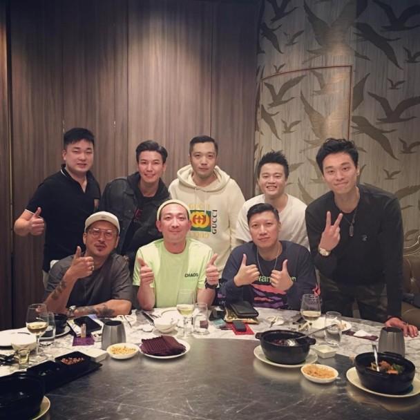 李璨琛(下排左2)与友人聚餐