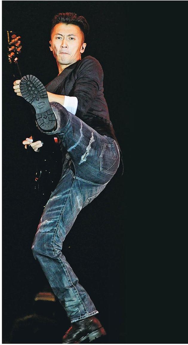 37岁谢霆锋前晚(1月1日)将回归乐坛的第一次献给商台,继续起飞脚。