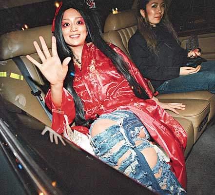 滨崎步香港拍写真 扮红妆吸血妖姬闹市亮相(附图)