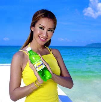 知名饮料商娃哈哈集团骋请世界级天后李玟出任旗下产品非常柠檬的广告图片