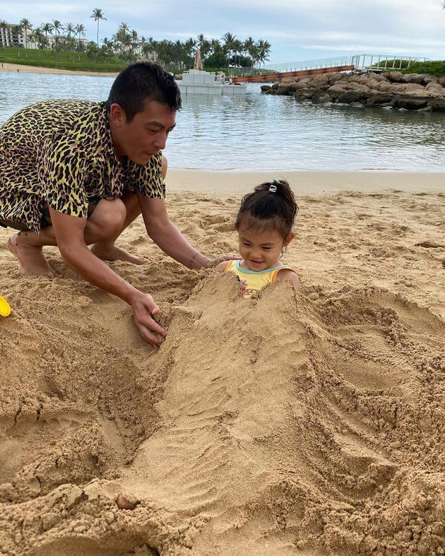 �冠希陪女�和娑焉秤�� Alaia埋在沙子里咧嘴笑